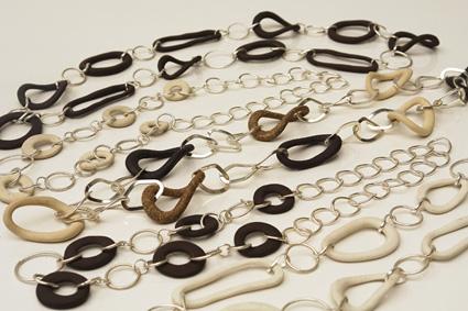 Correntes - inspiradas no Mobile do Codigo Vegetal   (elos de ceramica e argolas de metal com banho de prata)